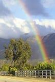 Arc-en-ciel et montagnes de Topa Topa Photo stock