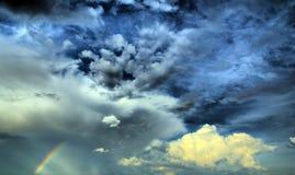 Arc-en-ciel et nuages Photos stock