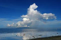Arc-en-ciel et orage au-dessus d'une île tropicale. Photo libre de droits