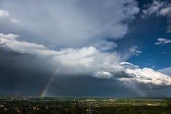 Arc-en-ciel et orage, ville rapide, le Dakota du Sud Images stock