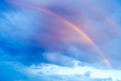 Arc-en-ciel et Rainclouds pendant le coucher du soleil Image stock