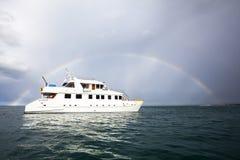 Arc-en-ciel et yacht Images stock