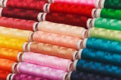 Arc-en-ciel fait de différents fils colorés Photos libres de droits