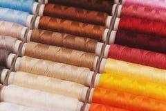 Arc-en-ciel fait de différents fils colorés Photographie stock libre de droits