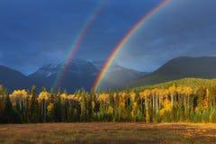 Arc-en-ciel gentil d'été au-dessus des montagnes Stupéfier le jour pluvieux et nuageux Canadien Rocky Mountains, Canada photographie stock