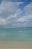 Arc-en-ciel lumineux outre de la plage d'Aruba Photos stock