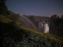 Arc-en-ciel lunaire en Victoria Falls de côté du Zimbabwe Image stock