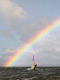 Arc-en-ciel merveilleux sur la mer. Image libre de droits