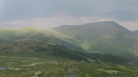 Arc-en-ciel pittoresque dans les montagnes Vue sc?nique stup?fiante de vall?e de montagnes apr?s la pluie Montagnes d'Altai clips vidéos