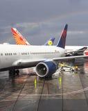 Arc-en-ciel plus de trois avions Images libres de droits