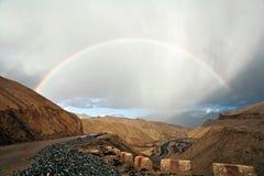 Arc-en-ciel près de monastère de Lamayuru, Ladakh, Jammu-et-Cachemire, Inde Photographie stock libre de droits