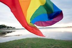 Arc-en-ciel Pride Flag gai sur le plancher de plage photographie stock libre de droits