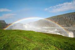 Arc-en-ciel sur la cascade à écriture ligne par ligne de Gulfoss Photographie stock