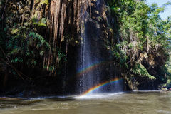 Arc-en-ciel sur la cascade dans le courant de l'eau qui mènent à Thi Lor Su Waterfall en Tak Province en Thaïlande du nord-ouest Photographie stock libre de droits