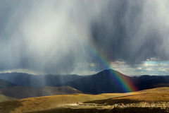 Arc-en-ciel sur la montagne Photographie stock
