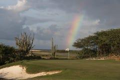 Arc-en-ciel sur le vert de terrain de golf dans Aruba Photos stock
