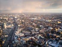Arc-en-ciel sur les voies du sud-est de Londres Photos stock
