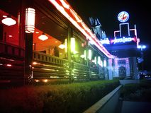 Arc-en-ciel tout le wagon-restaurant argenté américain la nuit images libres de droits