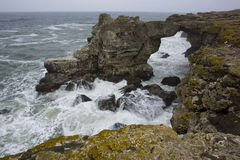 Arc en pierre au-dessus de la mer Photos stock