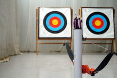 Arc, flèches et cibles de tir à l'arc Photographie stock