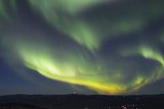 Arc rapidement croissant des borealis de l'aurore Photographie stock libre de droits