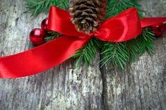 Arc rouge avec des cônes de pin Photos stock