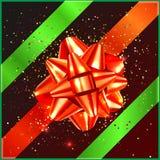 Arc rouge de Noël avec la bande verte et confettis sur le boîte-cadeau Images stock