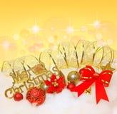 Arc rouge de Noël, boules de Noël avec le ruban d'or Image libre de droits