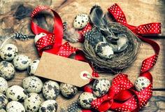 Arc rouge de ruban d'oeufs de pâques et vintage heureux de Pâques d'étiquette Photo stock