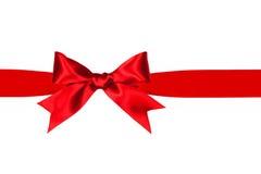 Arc rouge et ruban de cadeau d'isolement Images libres de droits