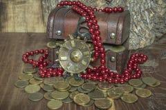 Arca con le monete dorate medaglione e perle fotografia stock libera da diritti