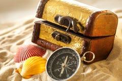 Arca do tesouro com conchas do mar e compasso imagem de stock
