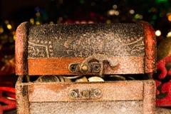 Arca do tesouro com decorações do Natal fotografia de stock