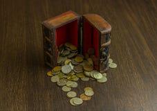 A arca do tesouro com a moeda velha do russo e tem um assoalho de madeira no fundo Imagens de Stock Royalty Free