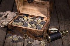 Arca do tesouro com moedas imagens de stock