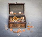 Arca do tesouro das moedas Fotografia de Stock