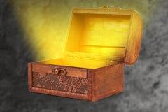 Arca do tesouro de madeira com um t de saída claro wispy mágico Foto de Stock