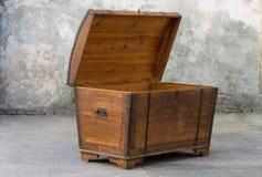 Arca do tesouro de madeira suja velha com a decoração oxidada do metal imagens de stock