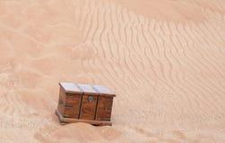 Arca do tesouro em um deserto fotografia de stock royalty free