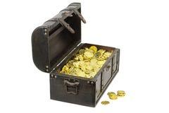 Arca do tesouro enchida com as moedas de ouro foto de stock royalty free