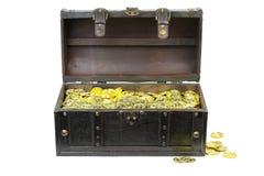 Arca do tesouro enchida com as moedas de ouro imagens de stock royalty free