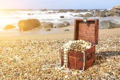 Arca do tesouro na praia do oceano fotos de stock