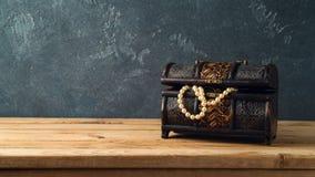 Arca do tesouro na tabela de madeira fotos de stock royalty free