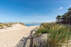 Arcachon fj?rd, Frankrike: stranden Petit Nice framme av sandbanken av Arguin och n?stan dyn av Pilat royaltyfria foton