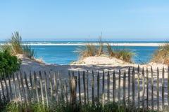 Arcachon fj?rd, Frankrike: stranden Petit Nice framme av sandbanken av Arguin och n?stan dyn av Pilat royaltyfri foto