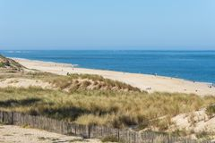 Arcachon fj?rd, Frankrike: stranden Petit Nice framme av sandbanken av Arguin och n?stan dyn av Pilat arkivfoto