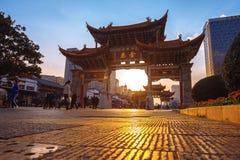 A arcada é uma parte tradicional de arquitetura e do emblema da cidade de Kunming em China fotos de stock royalty free