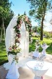 Arcada adornada para la ceremonia de boda con las flores coloridas Fotografía de archivo