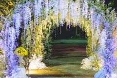 Arcada bonita das luzes e das flores do diodo emissor de luz Foto de Stock Royalty Free