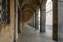 A arcada bonita de Palazzo Matteucci dentro através de Elisa, Lucca, Toscânia, Itália fotografia de stock